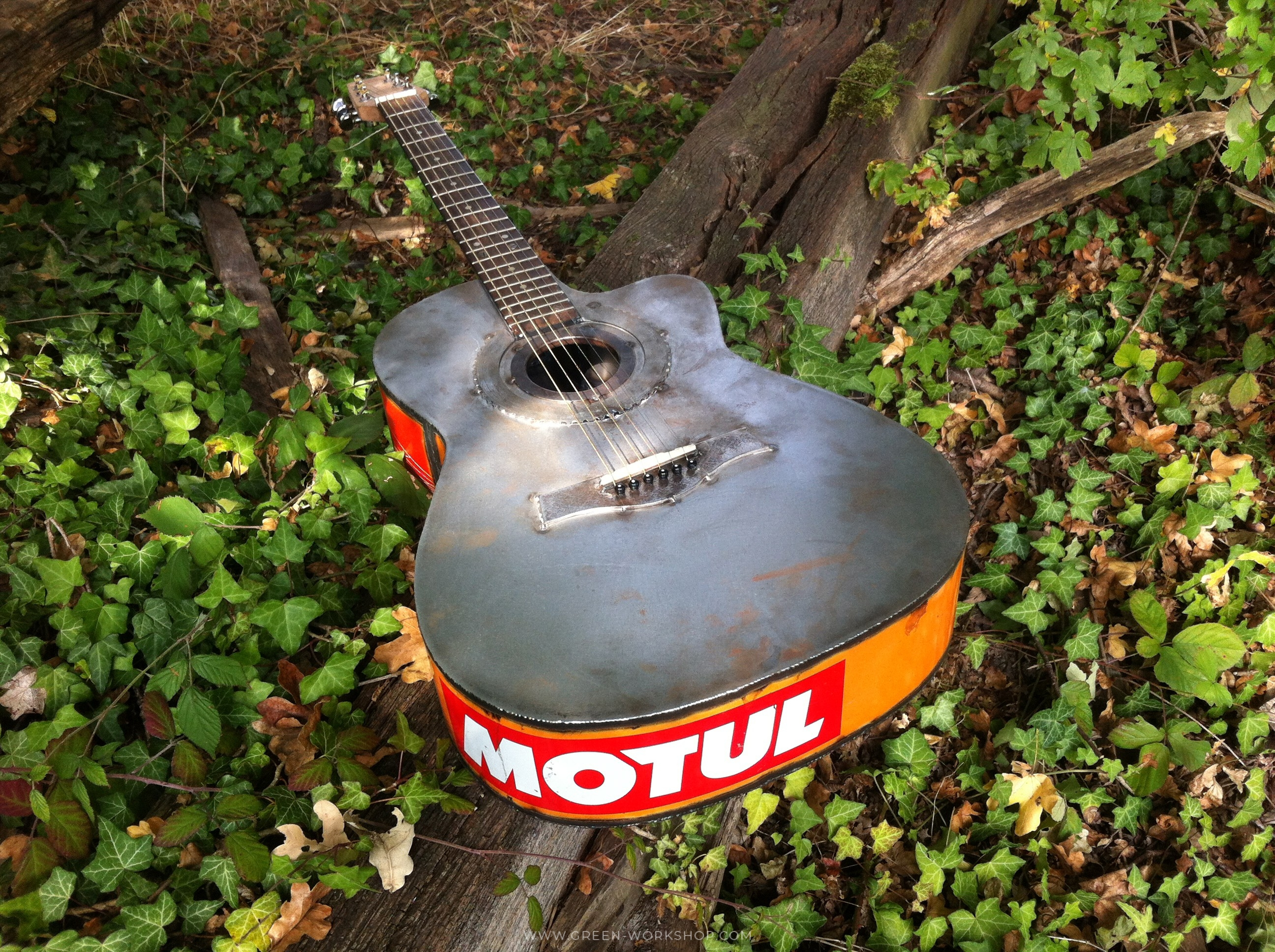 Guitare en métal