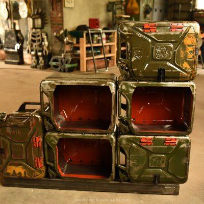 Mobilier sur mesure en métal : Jerrican shelf unit